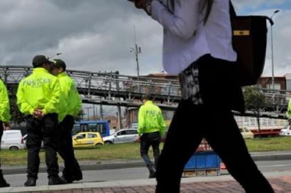 Mujer denuncia que policías la abusaron y robaron en Bogotá