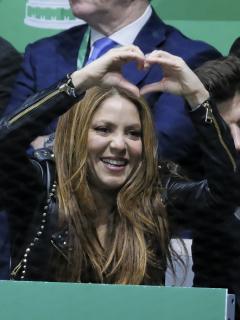 Shakira, cantante, con su pareja, el futbolista Gerard Piqué; y Cesc Fábregas, jugador, con su esposa Daniella Semmaan.
