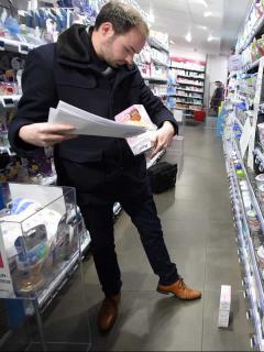 Hombre mirando producto