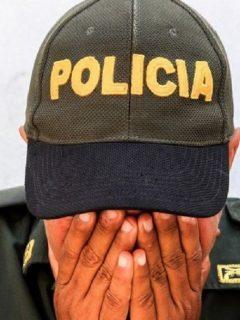 Policía denuncia que esposa de coronel lo cogió para mandados