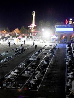 Indigentes duermen a la intemperie en Las Vegas durante la pandemia de coronavirus COVID-19