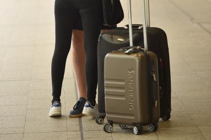 Pareja con maletas de viaje