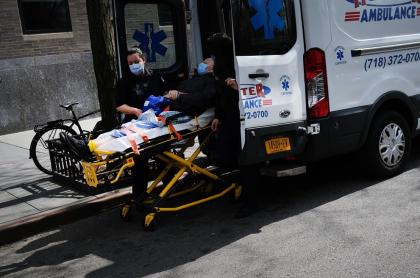 Ambulancia atiende a un paciente en medio de la pandemia por coronavirus COVID-19 en Estados Unidos