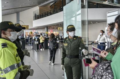 Policía Nacional en el Aeropuerto El Dorado, durante la pandemia de coronavirus COVID-19
