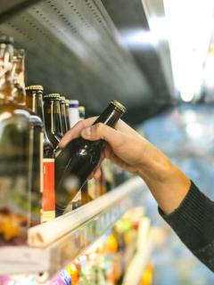 Hombre comprando cerveza.