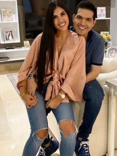 Peter Manjarrés, cantante, su esposa 'Tata' Becerra, y Jessica de la Peña, presentadora.