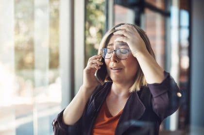 Mujer recibe llamada