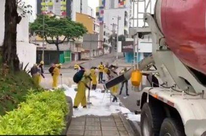 Equipo de limpieza contra el coronavirus en Colombia