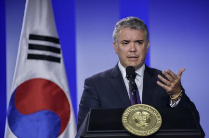 El presidente Iván Duque y la bandera de Corea del Sur