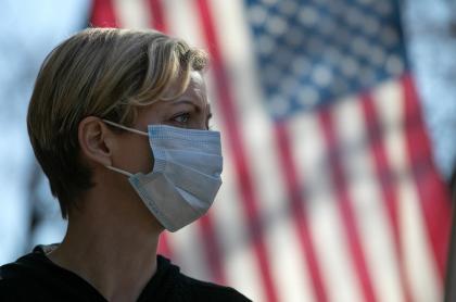 Mujer estadounidense durante la pandemia de coronavirus COVID-19
