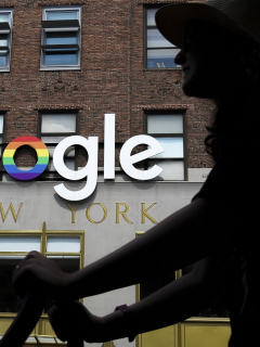 Mujer pasa frente a logo de Google