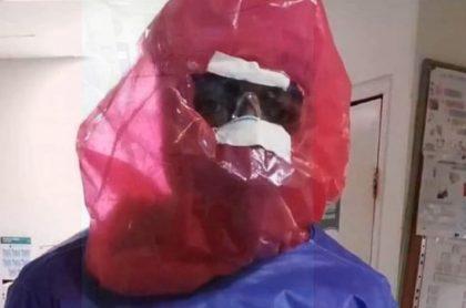 Médico cubriéndose con bolsa.