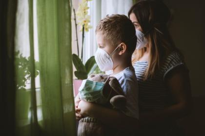 Madre e hijo con tapabocas.
