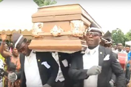 Africanos cargando ataúd