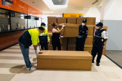 Ataúdes de cartón almacenados en la terminal terrestre de Guayaquil (Ecuador).