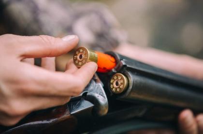 Hombre carga rifle.