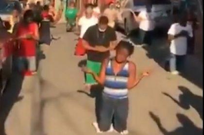 Vecinos orando en República Dominicana
