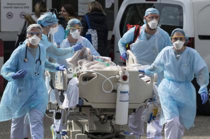 Transporte en camilla de un contagiado por coronavirus