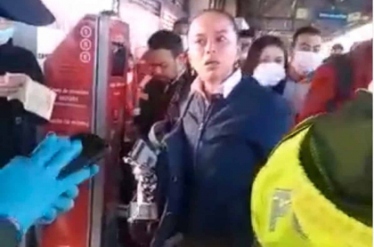 Mujer que agredió a policías en Transmilenio