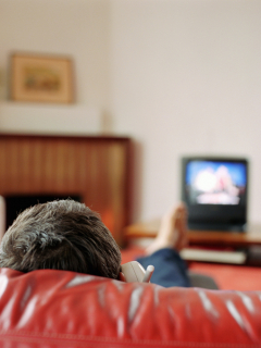 Hombre viendo TV.
