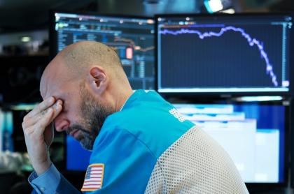 Funcionario de Wall Street durante la caída de la bolsa por la pandemia de COVID-19