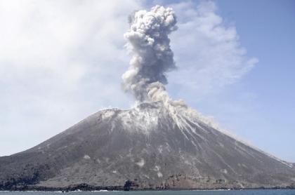 Erupción del volcán Anak Krakatoa, Indonesia, en 2018