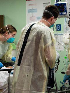 Médicos atendiendo el COVID-19