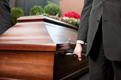 Examinan a empleados de funeraria que embalsaron muerto por COVID-19