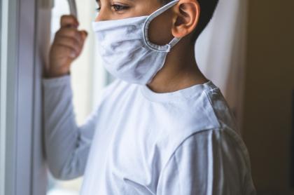 Niño con tapabocas, coronavirus