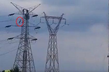 Hombre sobre torre de antenas en Bogotá