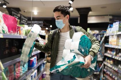 Hombre compra papel higiénico.