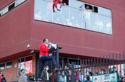 Habitantes de Soacha escuchan a su alcalde Juan Carlos Saldarriaga