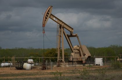 Precio del petróleo cae en picada a su peor nivel en más de 30 años.