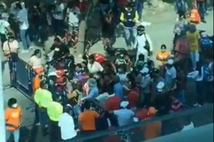 Ciudadanos en Santa Marta,reclamando ayudas