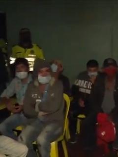 Personas departiendo en plena cuarentena, en Bogotá