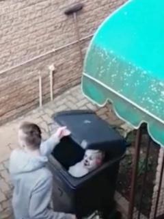 Mujer asusta a hijo.