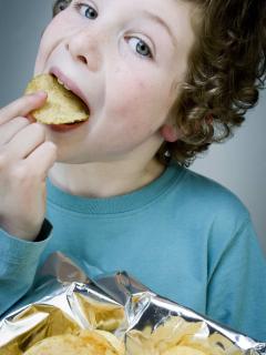 Niño comiendo papas