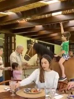 Uribe monta a su nieto en yegua