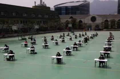 Estudiantes en Corea del Sur retoman clases en medio de la pandemia por COVID-19.