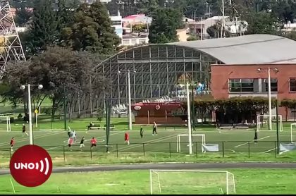 Partido de fútbol en el Centro Social de Agentes y Patrulleros de la Policía, en Bogotá.