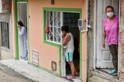 Bogotanos en sus casas por cuarentena.