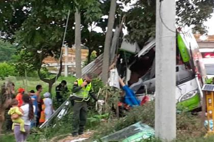 Bus accidentado con venezolanos en vía del Valle del Cauca