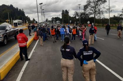 Buses con venezolanos retenidos en norte de Bogotá