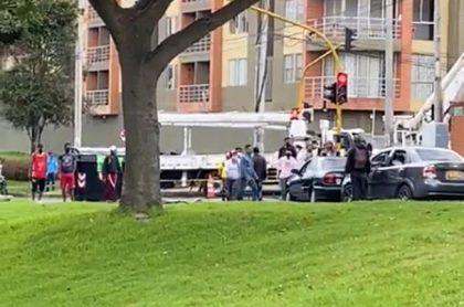 Médico denuncia que manifestantes lo atacaron en Bogotá