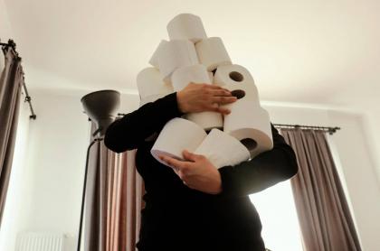 Mujer con papel higiénico.