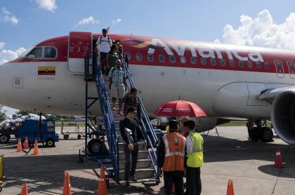 Desembarco de pasajeros de un avión de Avianca