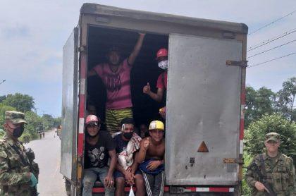 Venezolanos transportados en furgón