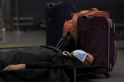 Pasajero duerme en el suelo del aeropuerto El Dorado durante la pandemia de COVID-19