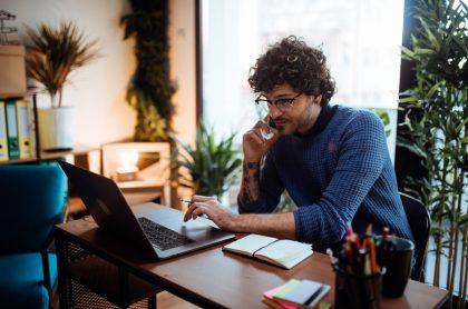 Hombre, computador en casa