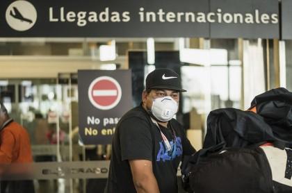 Colombianos vuelven a Colombia por el aeropuerto El Dorado de Bogotá durante la pandemia de COVID-19